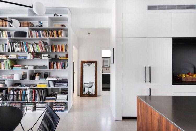 ספריה וארונות לבנים בעיצובו של איציק עייני